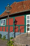 Danskt radhus med gatalyktan och dess skugga Arkivbild