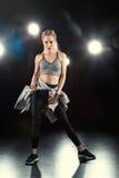 Danskvinna i sportive kläder Fotografering för Bildbyråer
