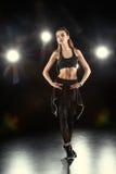Danskvinna i sportive kläder Royaltyfri Foto