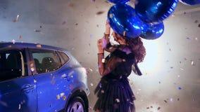 Danskvinna med ballonger bland att flyga glänsande glitter på att parkera nära medlet i mist arkivfilmer