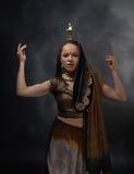 Danskvinna med en ljusstake i den nationella indiska sari Royaltyfria Foton