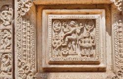Danskvinna på indiska träskulpturer på dörren av slotten av Mysore som byggs i 1912 i Indien Arkivfoto