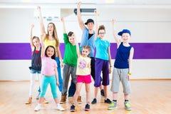 Danslärare som ger ungar Zumba konditiongrupp Arkivfoto