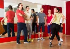 Danslärare som visar nya flyttningar Arkivbild