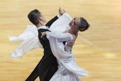 Dansparet utför europeiskt standart program för vuxna människor på koppen för den yrkesmässiga mästerskapet för 10 dans för WDC h royaltyfri fotografi