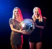 Dansparti med att dansa för gruppfolk Kvinnor har gyckel i nattklubb Royaltyfria Bilder