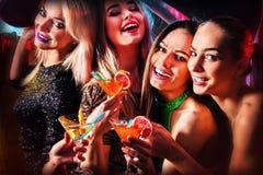 Danspartij met het dansen en de cocktail van groepsmensen Stock Afbeelding