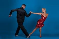 Danspartners i en posera Arkivfoton