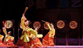 dansperson som tillhör en etnisk minoritetkorean Arkivfoton