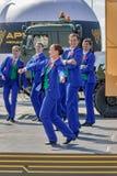 Dansshow på armélekar Tyumen Ryssland Arkivbild