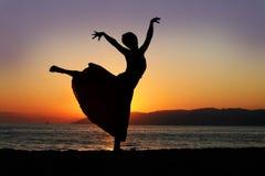 danssolnedgångkvinna arkivbild