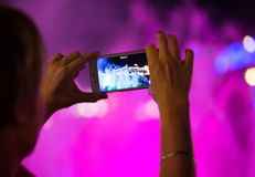 Dansspringbrunn Folk som skjuter videoen eller fotoet arkivfoton