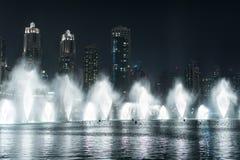 Dansspringbrunn i Dubai arkivbild