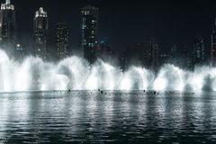 Dansspringbrunn i Dubai royaltyfri bild