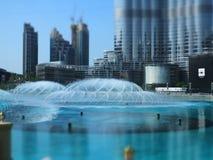 Dansspringbrunnarna som är i stadens centrum och i en konstgjord sjö i Dubai, UAE Royaltyfri Foto