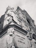 Dante Alighieri i fron av basilikan av helgedomkorset Royaltyfri Foto
