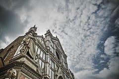 Dante Alighieri-standbeeld met Santa Croce-kathedraal in backgro royalty-vrije stock foto