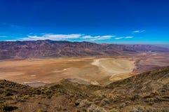 Dantesmening in het Nationale Park Californië van de Doodsvallei met blauw s Royalty-vrije Stock Afbeeldingen