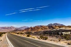Dantesmening in het Nationale Park Californië van de Doodsvallei met blauw s Royalty-vrije Stock Fotografie