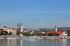 Danube brzeg rzeki z kościół Budapest Obrazy Stock