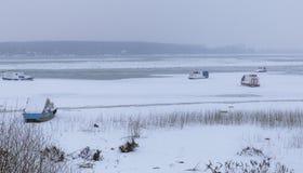 Danube congelé sur la glace avec cinq petits bateaux de pêche photographie stock libre de droits