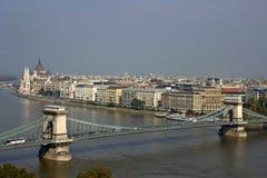 Danube et parlement et pièce hongrois de la passerelle à chaînes. Image libre de droits
