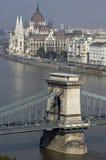 Danube et parlement et pièce hongrois de la passerelle à chaînes. Photographie stock libre de droits