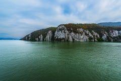 Danube passerande till och med bergen Royaltyfria Bilder
