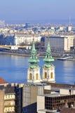 Danube River Budapest för kyrkliga torn sikt Arkivfoto