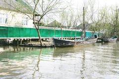 Danube River e barco de pesca perto da costa em um dia de mola foto de stock