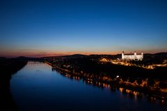 Danube River em Bratislava na hora azul Imagem de Stock Royalty Free