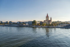 Danube River em Viena, Áustria St Francis da igreja, da Viena e da arquitetura da cidade de Assisi no fundo Foto de Stock Royalty Free