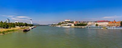 Danube River i Bratislava, Slovakien Royaltyfri Fotografi