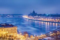 Danube River i den Budapest vintern nigh royaltyfri fotografi