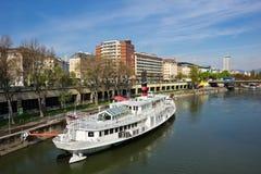Danube River i Wien Arkivfoto