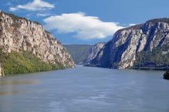 Danube River nära den serbiska staden av Donji Milanovac Royaltyfri Fotografi
