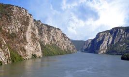 Danube River nära den serbiska staden av Donji Milanovac Royaltyfria Bilder