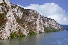 Danube River nära den serbiska staden av Donji Milanovac Royaltyfri Foto