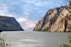 Danube River nära den serbiska staden av Donji Milanovac Arkivbilder