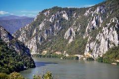 Danube River nära den serbiska staden av Donji Milanovac Arkivfoto