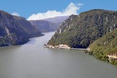 Danube River nära den serbiska staden av Donji Milanovac Fotografering för Bildbyråer