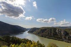 Danube River nära den serbiska staden av Donji Milanovac i järnportarna, också som är bekant som Djerdap, som är Donauklyftorna Royaltyfria Bilder