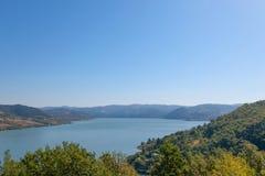 Danube River nära den serbiska staden av Donji Milanovac i järnportarna, också som är bekant som Djerdap, som är Donauklyftorna Royaltyfri Foto
