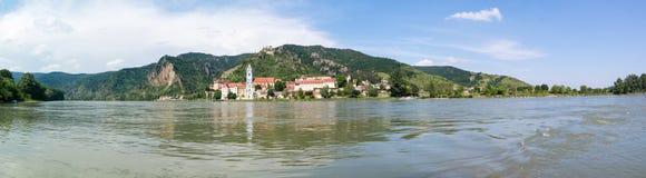 Danube River och Durnstein med abbotskloster och slotten, Wachau, Austri Royaltyfria Bilder
