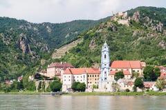 Danube River och Durnstein med abbotskloster och slotten, Wachau, Austri Royaltyfri Fotografi