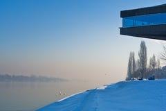 Danube River på den soliga vintermorgonen i Belgrade Royaltyfri Foto