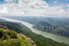 Danube River på järnportklyftan Arkivfoton