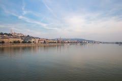 Danube River - panorama Sikt av den Budapest invallningen royaltyfria foton