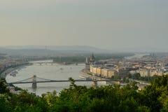 Danube River som korsar Budapest Royaltyfria Bilder