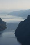Danube River uppifrån av den Djerdap klyftan på det mest smala stället Royaltyfri Fotografi